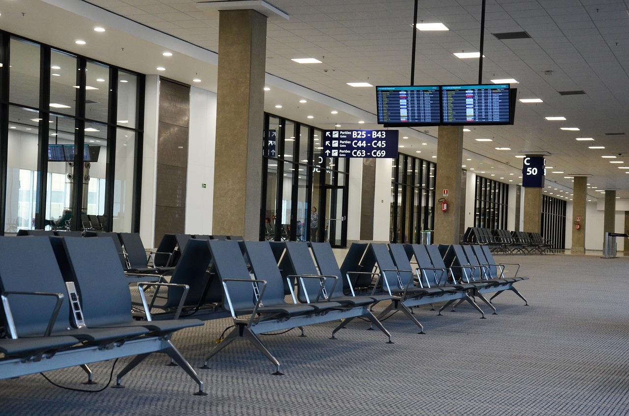 Odwołany lub opóźniony lot z powodu złej pogody. Jakie prawa mają pasażerowie?