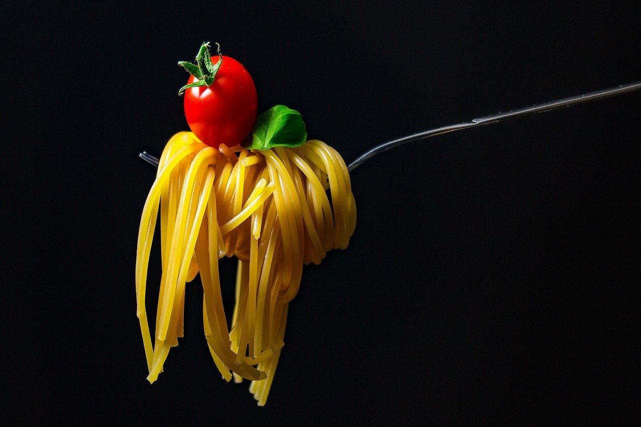5 kucharzy ze świata opowiada o potrawach z makaronem i proponuje przepisy.